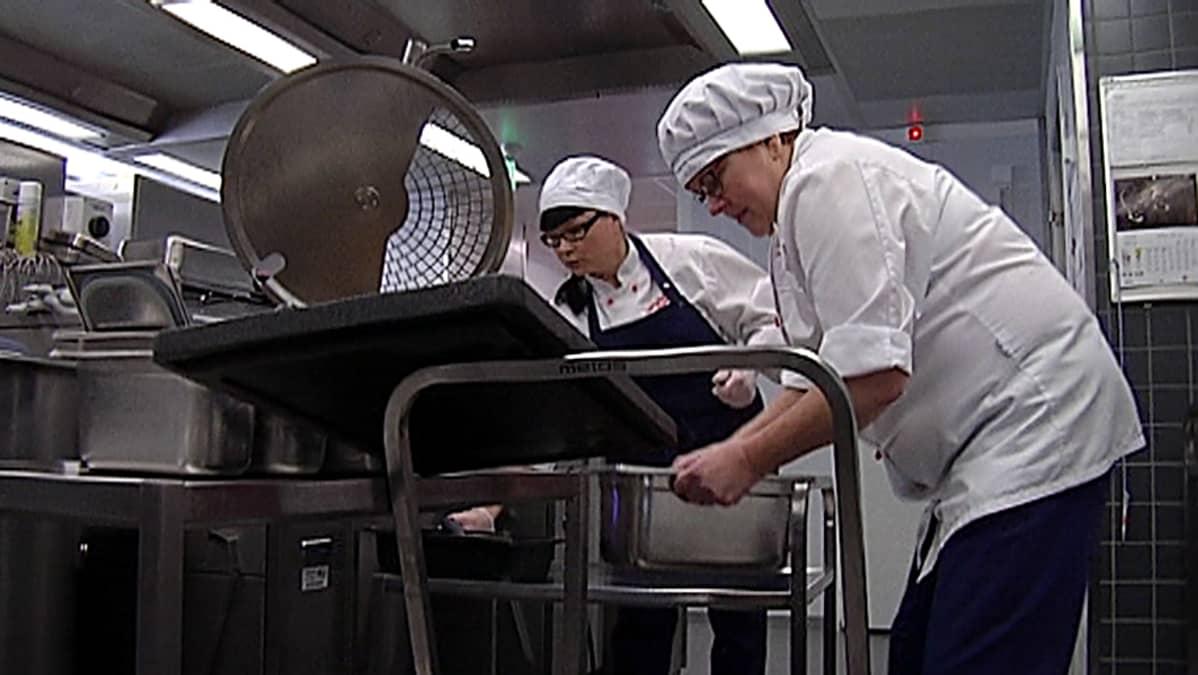 Vaasassa Isolahden kpoulun keittiössä kaksi keittäjää tekee hyvää ruokaa oppilaille
