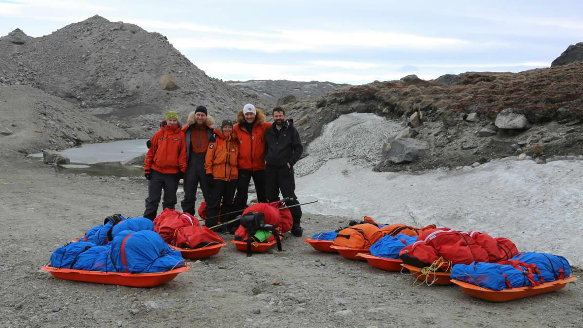 Ihmisiä Grönlannin laidalla.