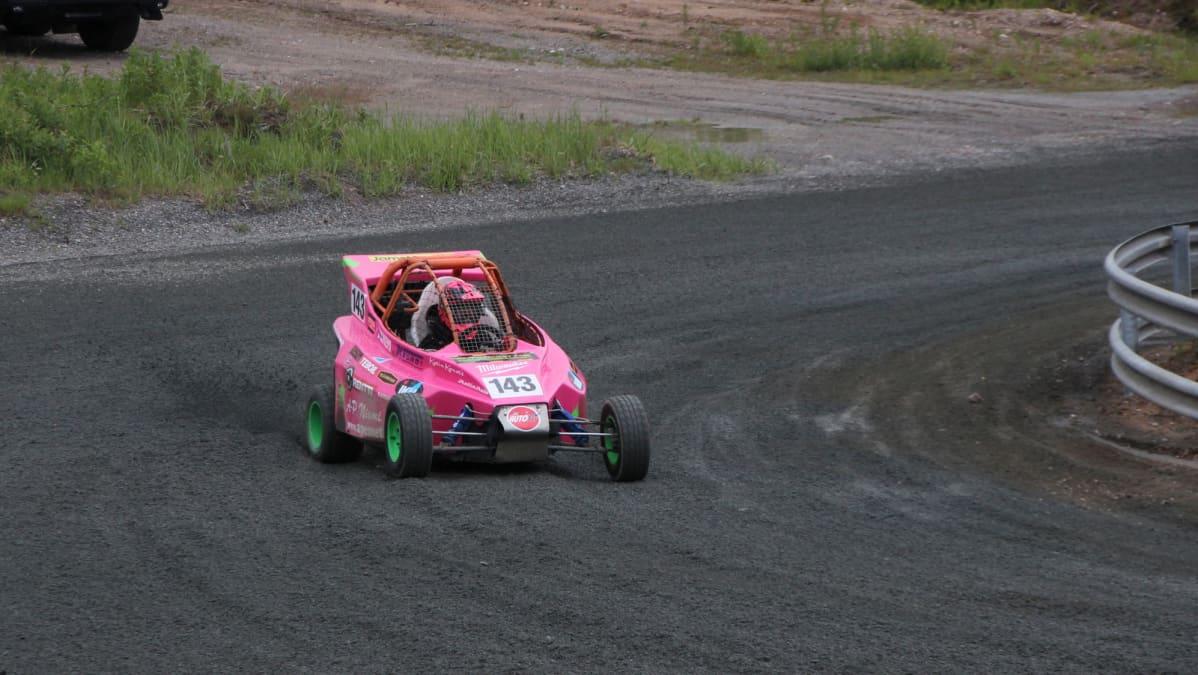 9-vuotias Maiju Niemi ajaa vaaleanpunaista crosskart-autoaan.