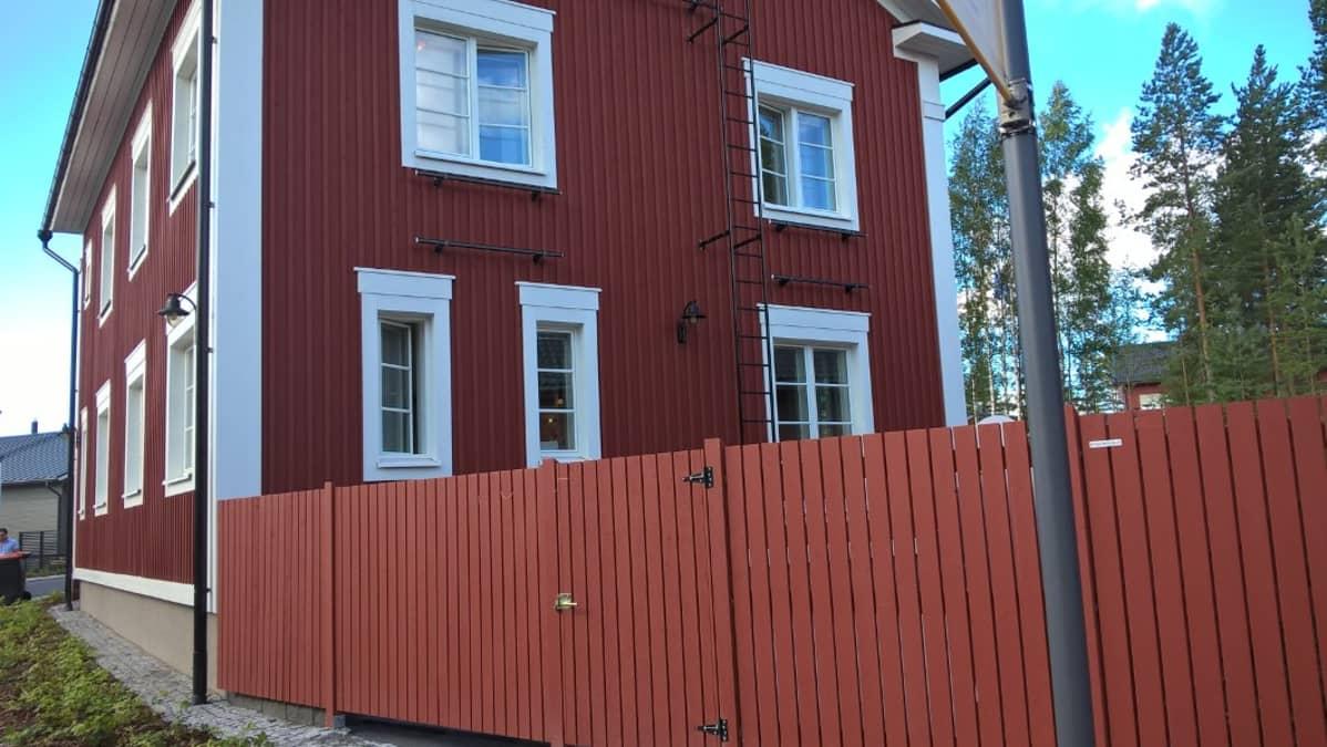 Esimerkki Seinäjoen asuntomessujen pohjalaistalokorttelin uusista rakennuksista.