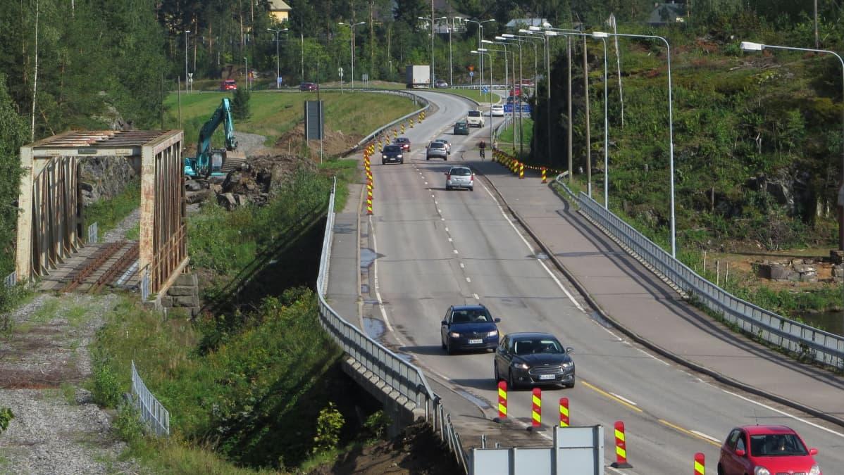 Laitaatsalmen nykyiset sillat. Itäinen siltapenger alkaa kiertoliittymästä. Eteläpuolen kallio louhitaansillan tieltä.