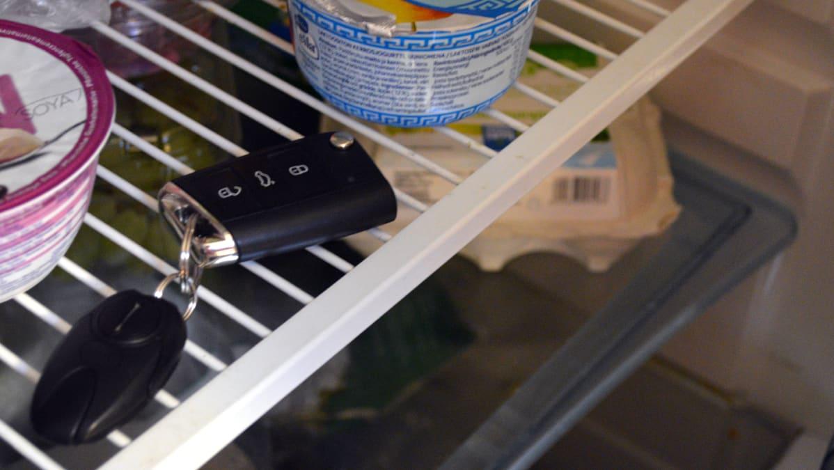 Auton älyavain jääkaapin hyllyllä.