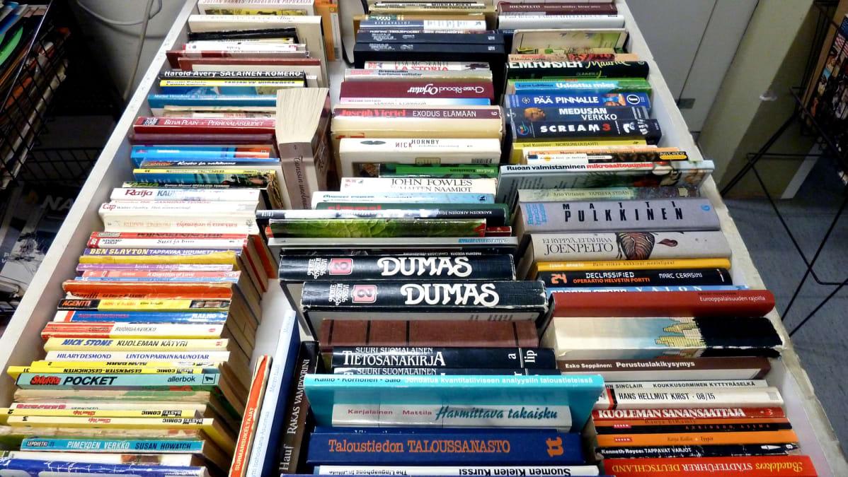 Pussillinen vanhoja kirjoja 5 eurolla.
