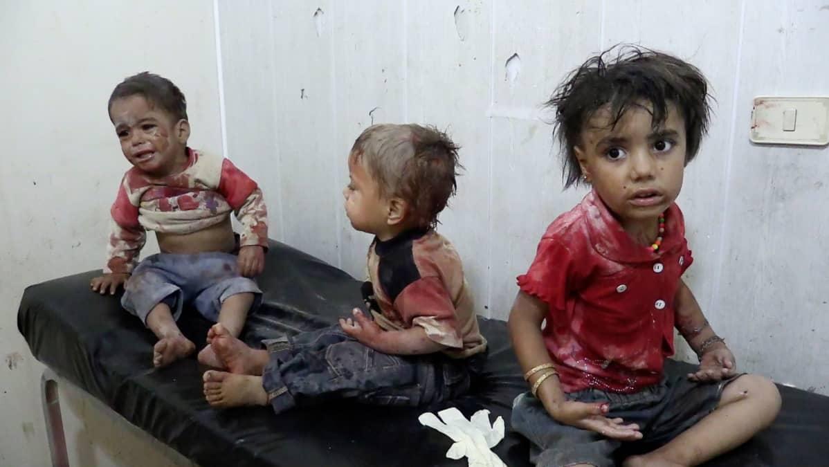 Syyrialaiset aktivistit, lapset ja entiset kenraalit kuvaavat ja kertovat elämästään pommitusten keskellä. Uusi, palkittu dokumentti näyttää, millaista on elää tilanteessa, jossa naapuri voi olla myös vihollinen.