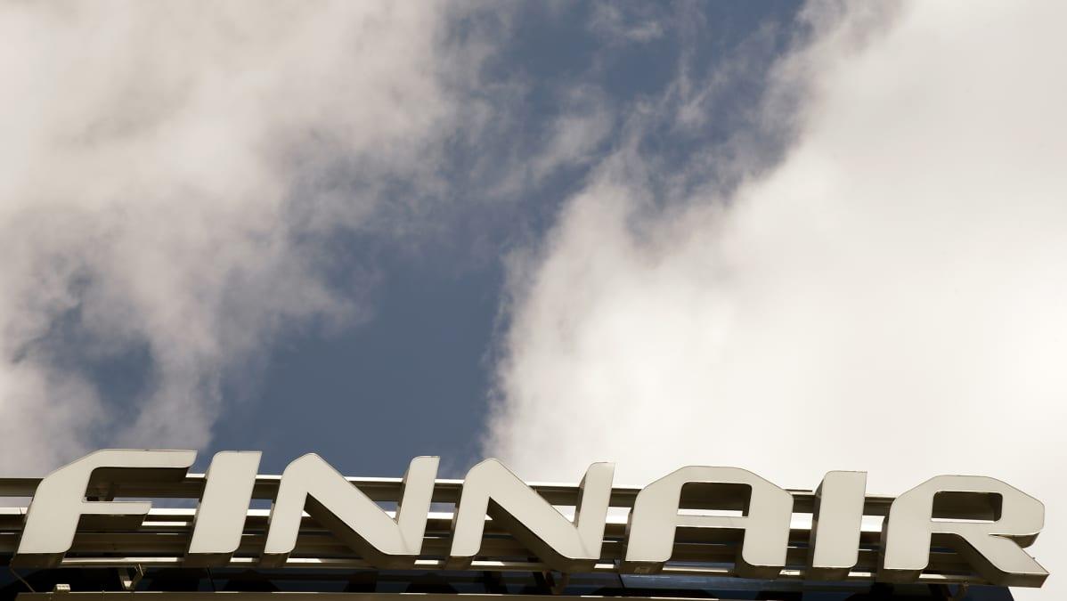 Kyltti Finnairin pääkonttorin katolla Vantaalla.