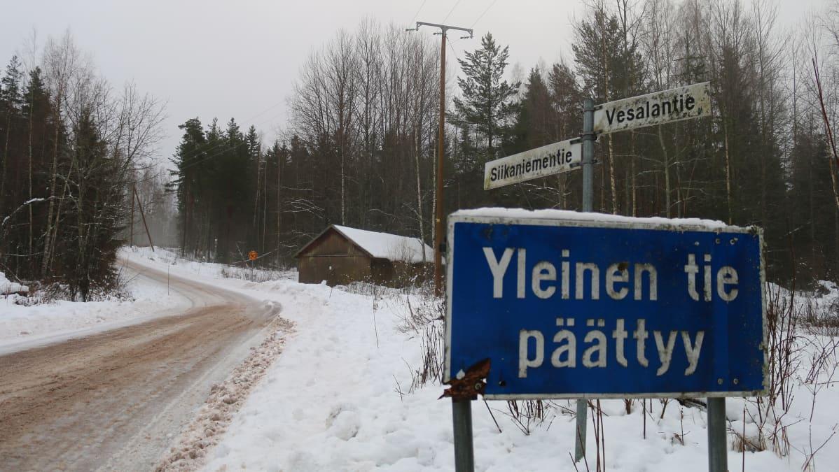 yleinen tie, yksityistie, sivutie, yleinen tie päättyy -liikennemerkki, talvinen tiemaisema, vanha lato tien varressa