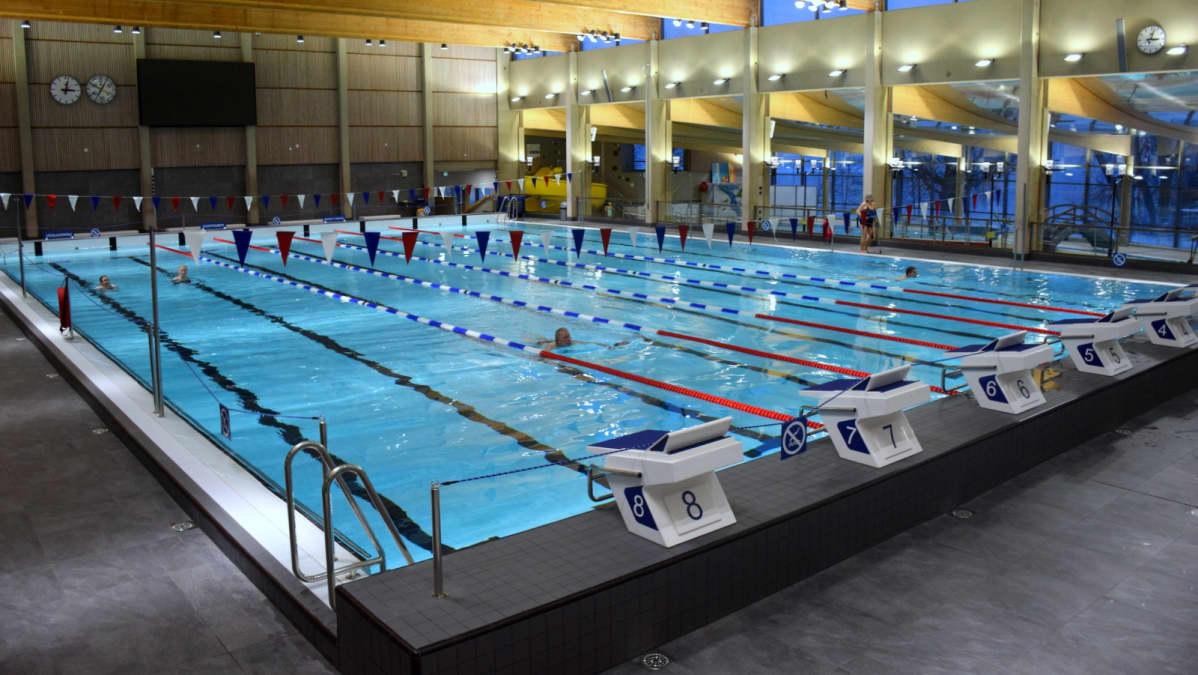 Uima-allas Hämeenlinnan uimahallissa.