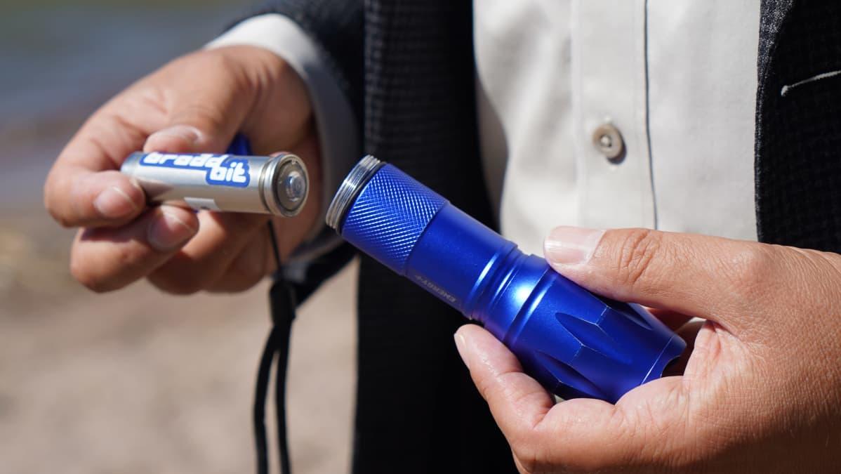 Kuva Broadbit Batteriesin natriumakkupatterista ja taskulampusta