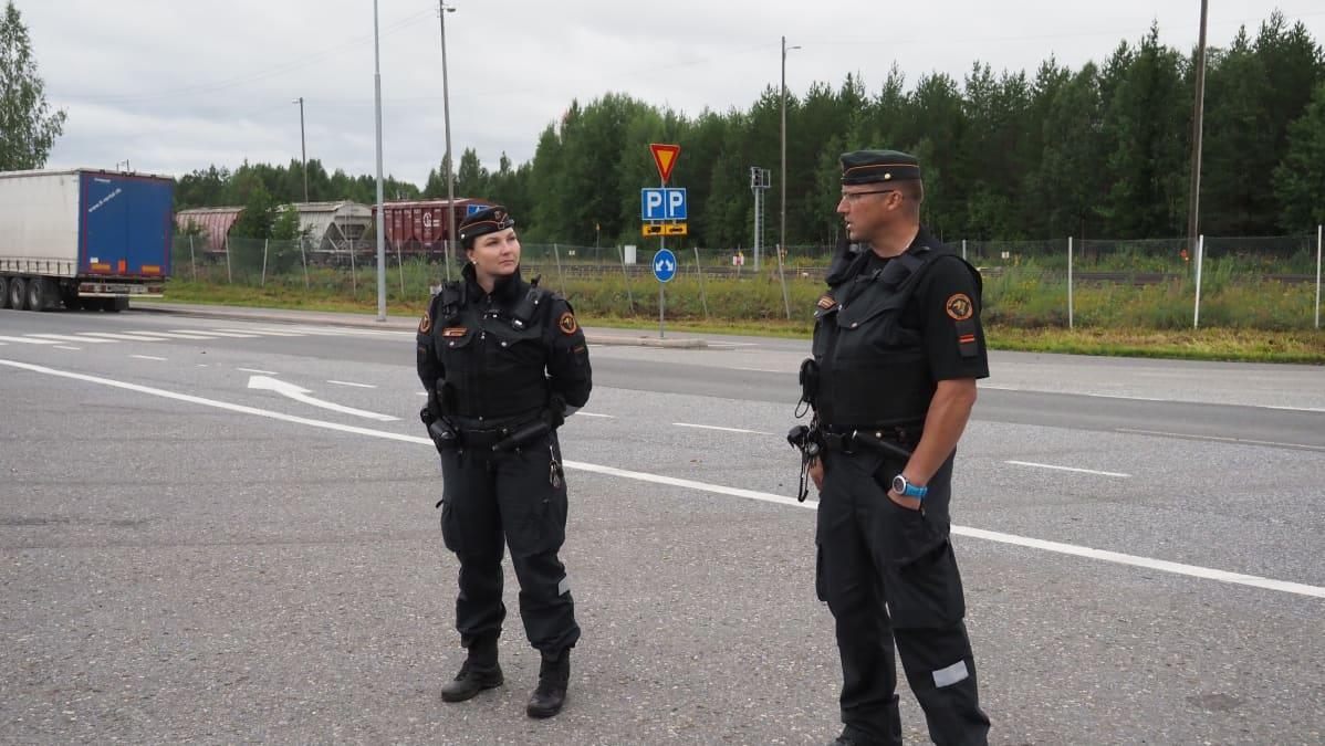Rajavartijat Heidi Mustonen ja Tomi Strandman aseman pihalla