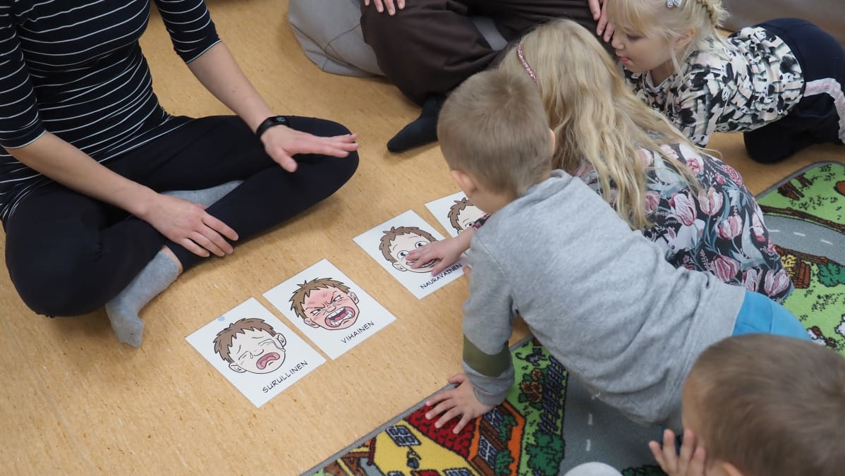 Lapset katselevat tunnekortteja