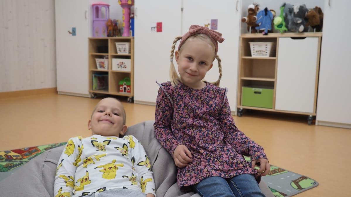 Päiväkotilapset Benjamin ja Veera istuvat säkkituolissa