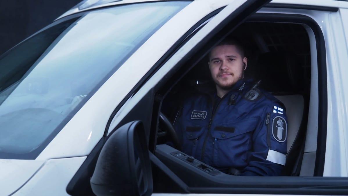 Vartina Niko Myyry istuu poliisiautossa kuskin paikalla.
