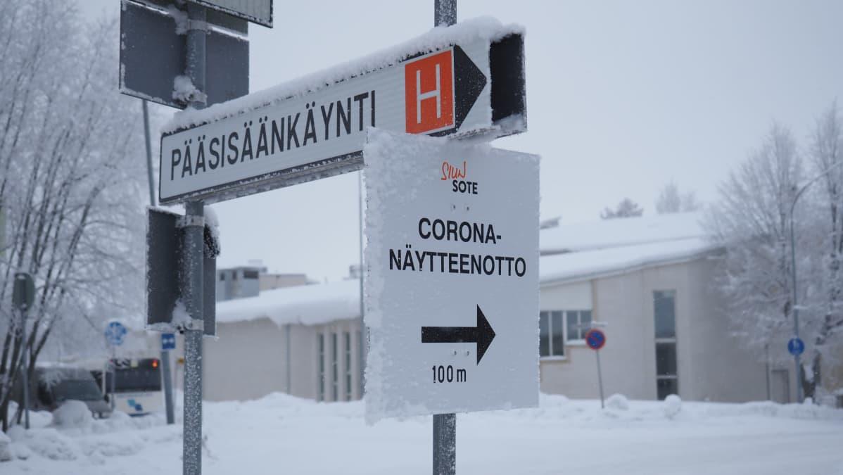 Korona -näytteenotosta kertova kyltti Joensuun keskus-sairaalan edustalla.