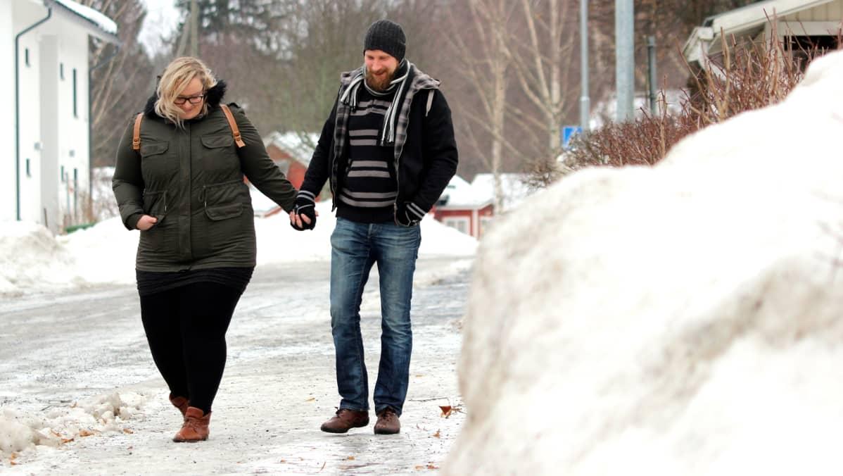 Tanja Rongas ja Tomppa Ojava kävelemässä käsi kädessä jäisellä kadulla.
