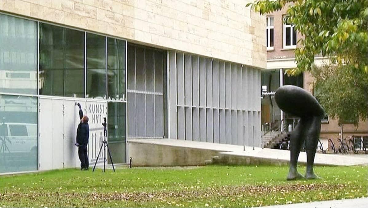 Poliisi tutki ryöstön jälkiä Rotterdamin Kunsthallessa lokakuussa 2012.