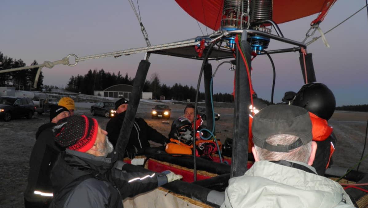 Kuumailmapallo lähdössä ennätysyritykseen Jämijärven lentokentällä