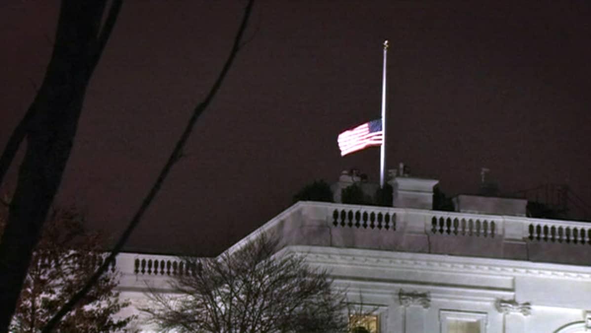 Lippu kohosi puolitankoon myös Valkoisen talon katolle.