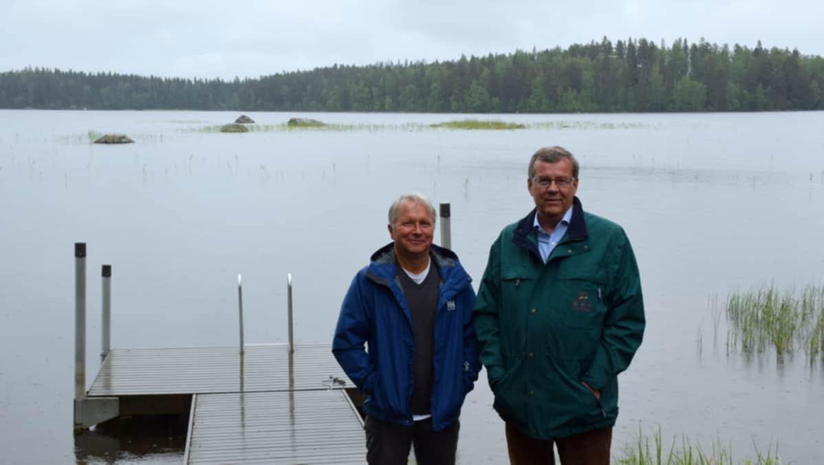 Valajärven rannalla suojeluyhdistyksen puheenjohtaja Pekka Koskinen (oik.) ja hallituksen jäsen Jukka Lehtonen