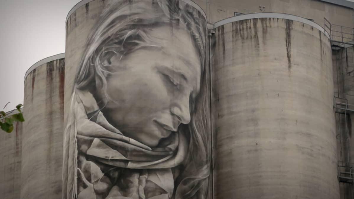 Kasvot viljasiilon seinämaalauksessa