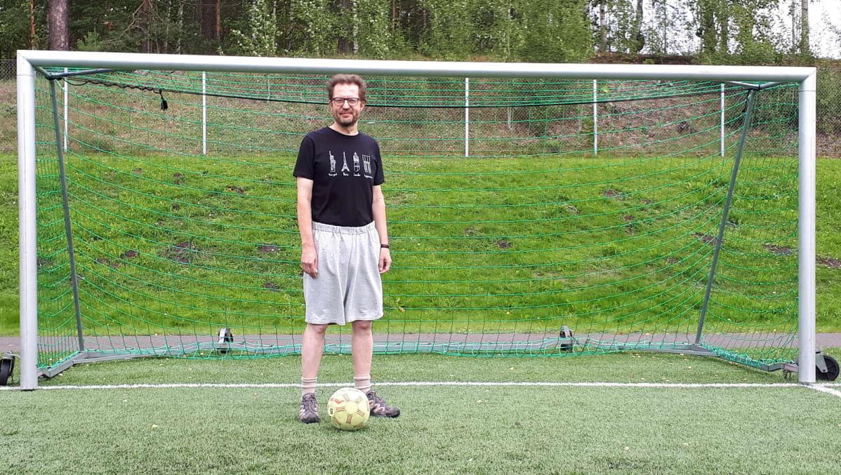 Antti Taipale hoikkana jalkapallomaalin edustalla