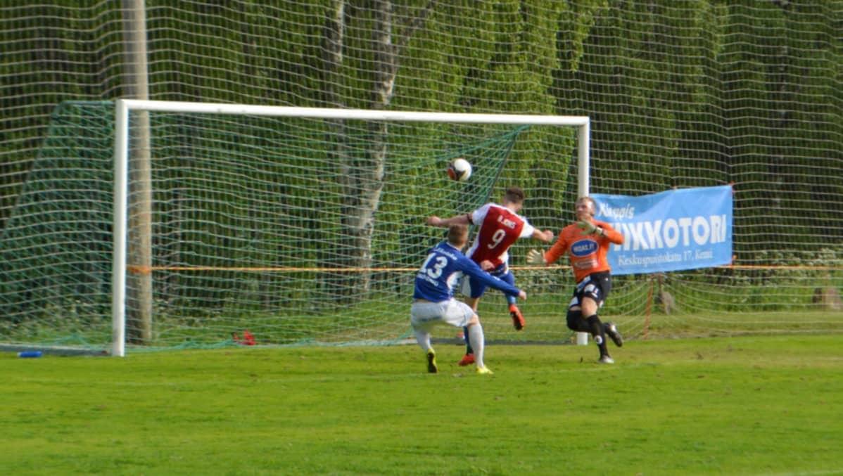 PS Kemin Billy Ionsin pukkausmaali ottelussa Mikkelin Palloilijoita vastaan.