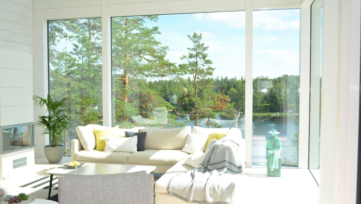 Maisema olohuoneen ikkunasta