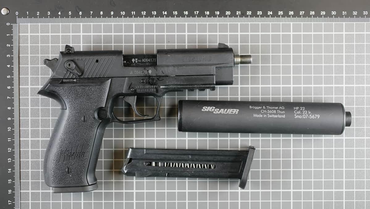 Poliisin takavarikoima, Alahärmän Halpa-Hallista varastettu ase.