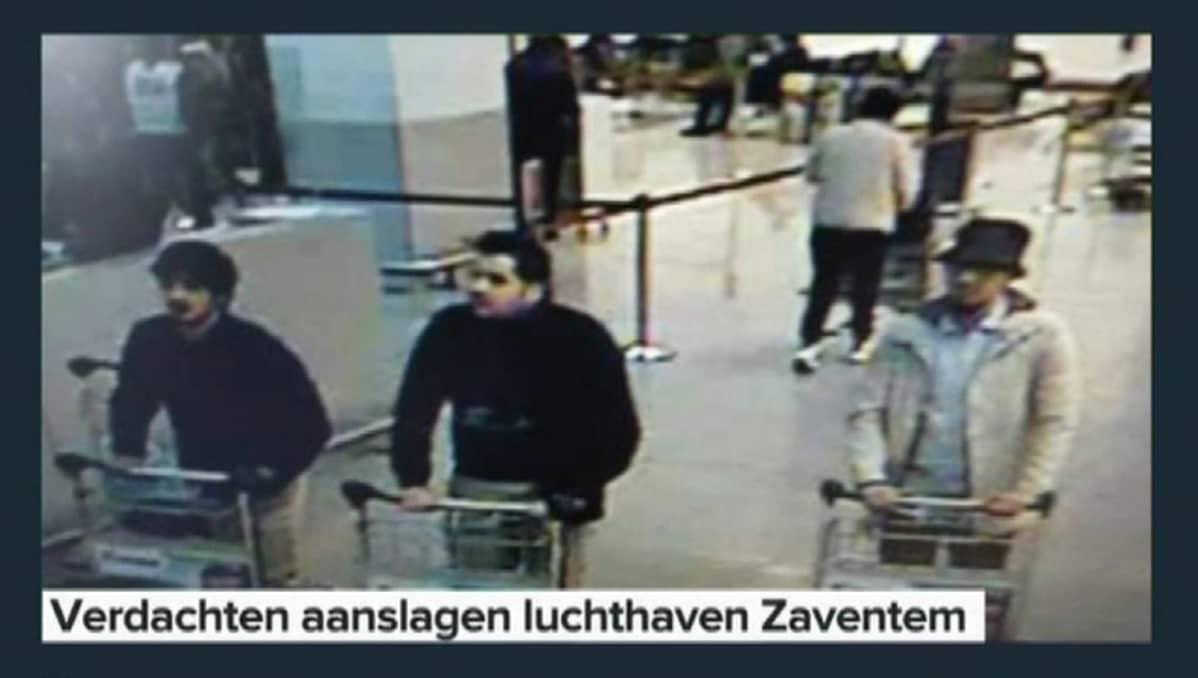 Turvakameran kuvaa terriristiepäillyistä Brysselin lentokentällä.