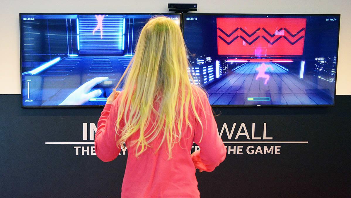 Tyttö pelaa liikuntapeliä.