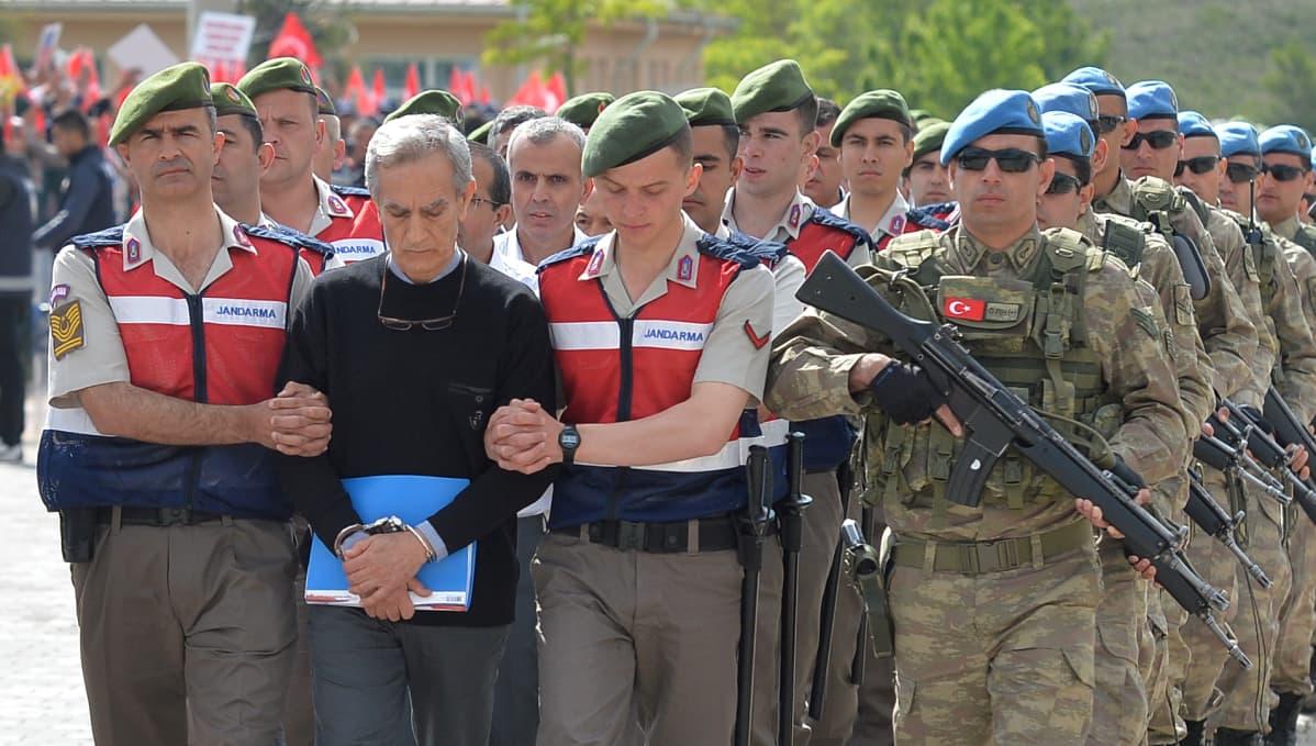 Sotilaat saattamassa Akin Öztürkiä ja muita syytettyjä oikeuteen toukokuussa.