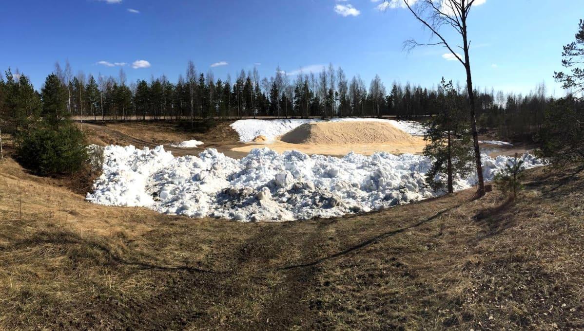 Lunta Lahden vanhalla raviradalla.
