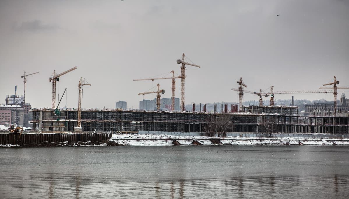 Emiraattien rakennustöitä Savajoen rannalla.