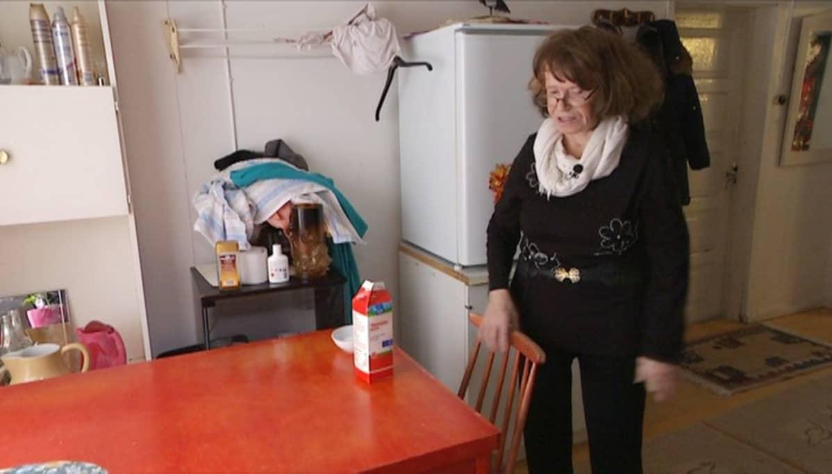 Nainen keittiössä.