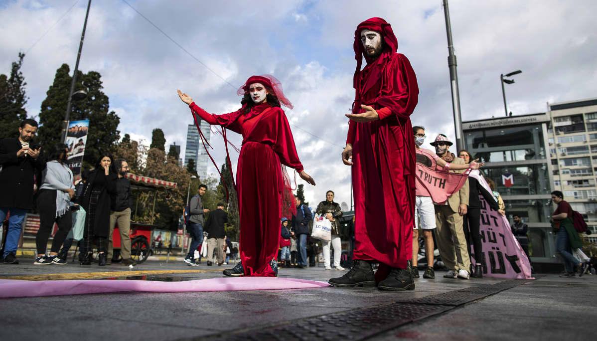 Ilmastoaktivistit protestoivat Istanbulissa Turkissa Black Friday:ta vastaan kauppakeskuksen edessä 29. marraskuuta