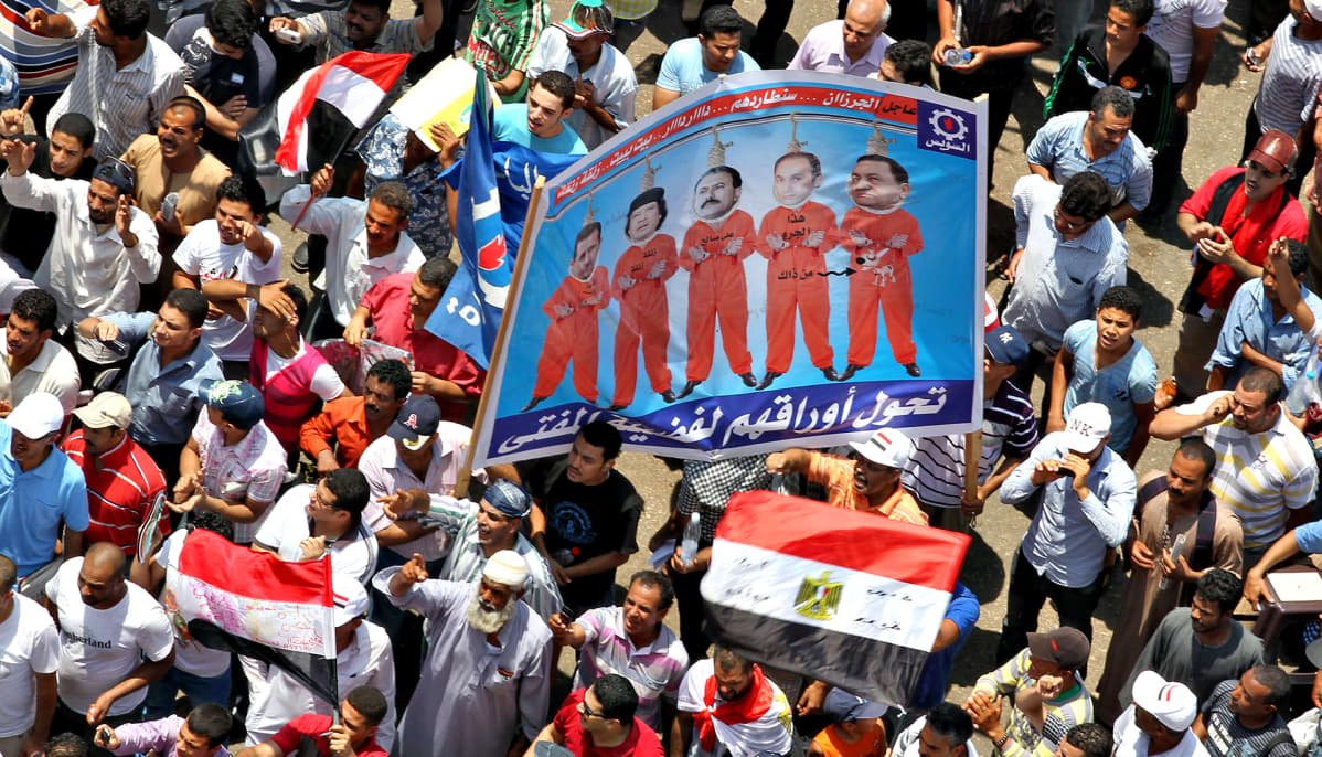 Egyptiläisten mielenosoittajien julisteessa ovat Syyrian presidentin Bashar al-Assadin, Libyan Muammar Gaddafin, Jemenin Ali Abdullah Salehin, Egyptin entisen presidentin pojan Gamal Mubarakin ja Egyptin entisen presidentin Hosni Mubarakin kuvat.