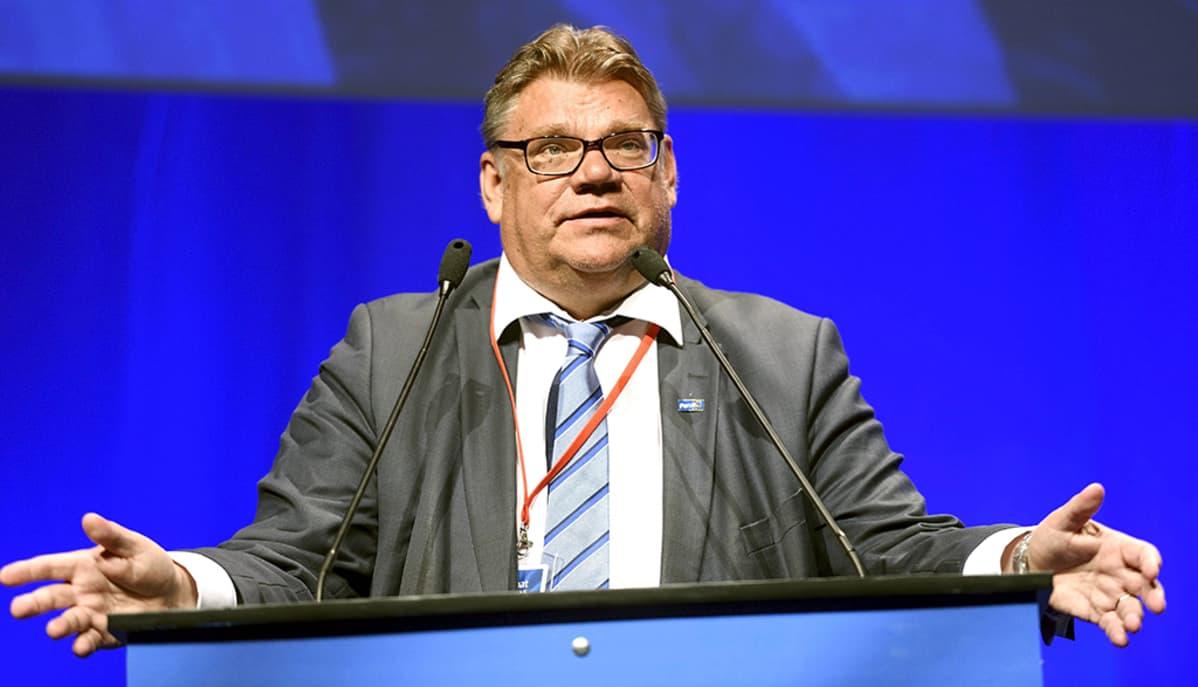Ulkoministesteri ja puolueen puheenjohtaja Timo Soini puhumassa perussuomalaisten puoluekokouksessa