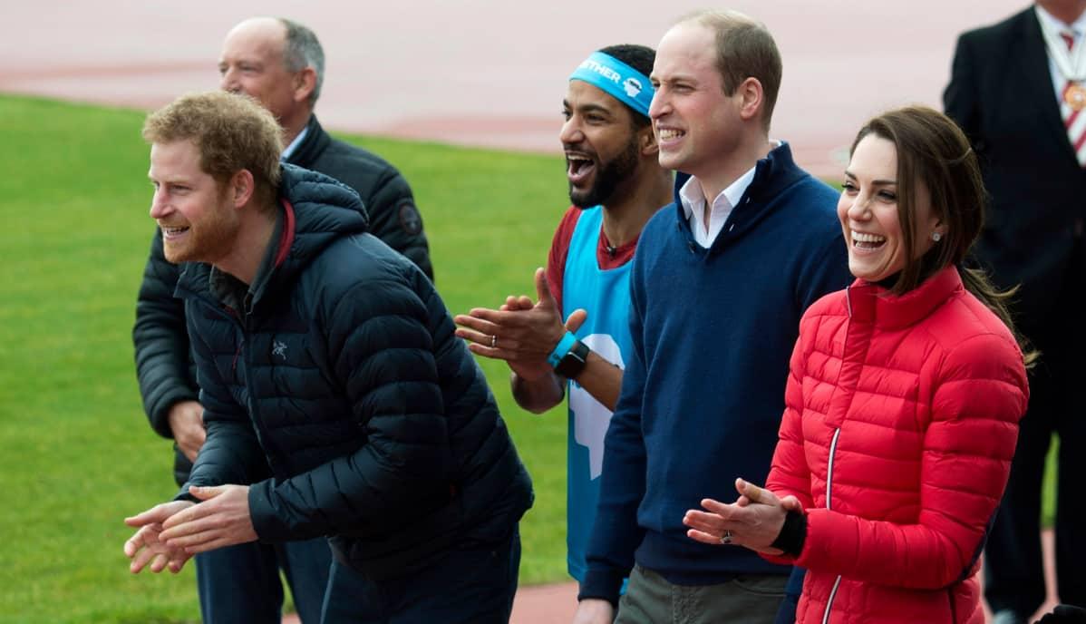 Prinssit ja herttuatar hymyilevät ja katsovat vasemmalle