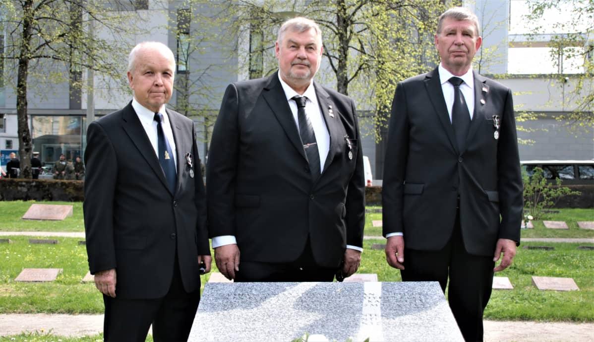 Seppo Maukonen, Hannu Talonpoika ja Matti Tammi tuntemattomien vainajien muistomerkillä