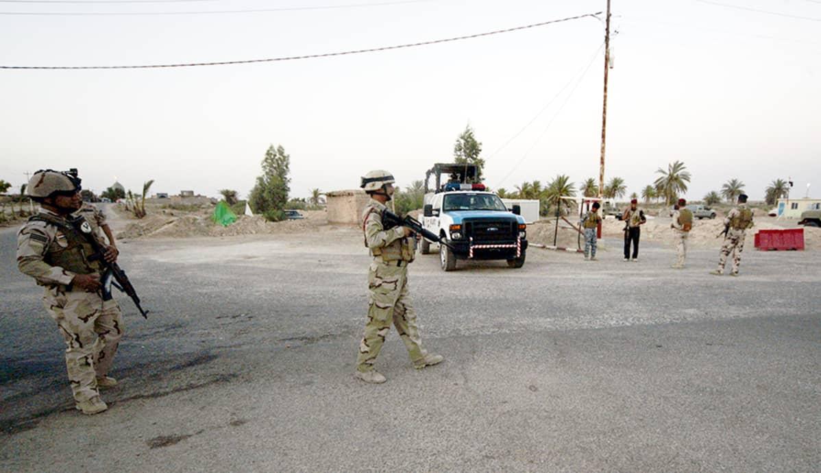 Irakin armeijan sotilaita valokuvattuna lähellä Saudi-Arabian rajaa 27. heinäkuuta 2014.