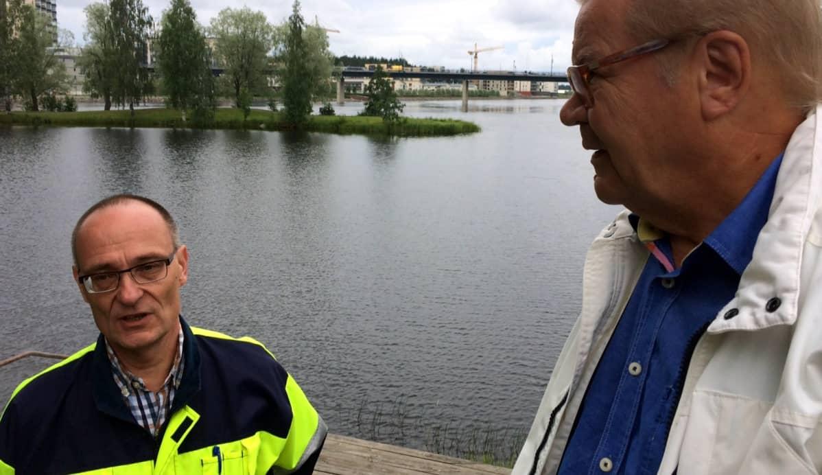 Joensuun kaupungininsinööri Ari Varonen ja Ilovaarirockin puuhamies Arto Pippuri Ilosaaren laguunin rannalla.