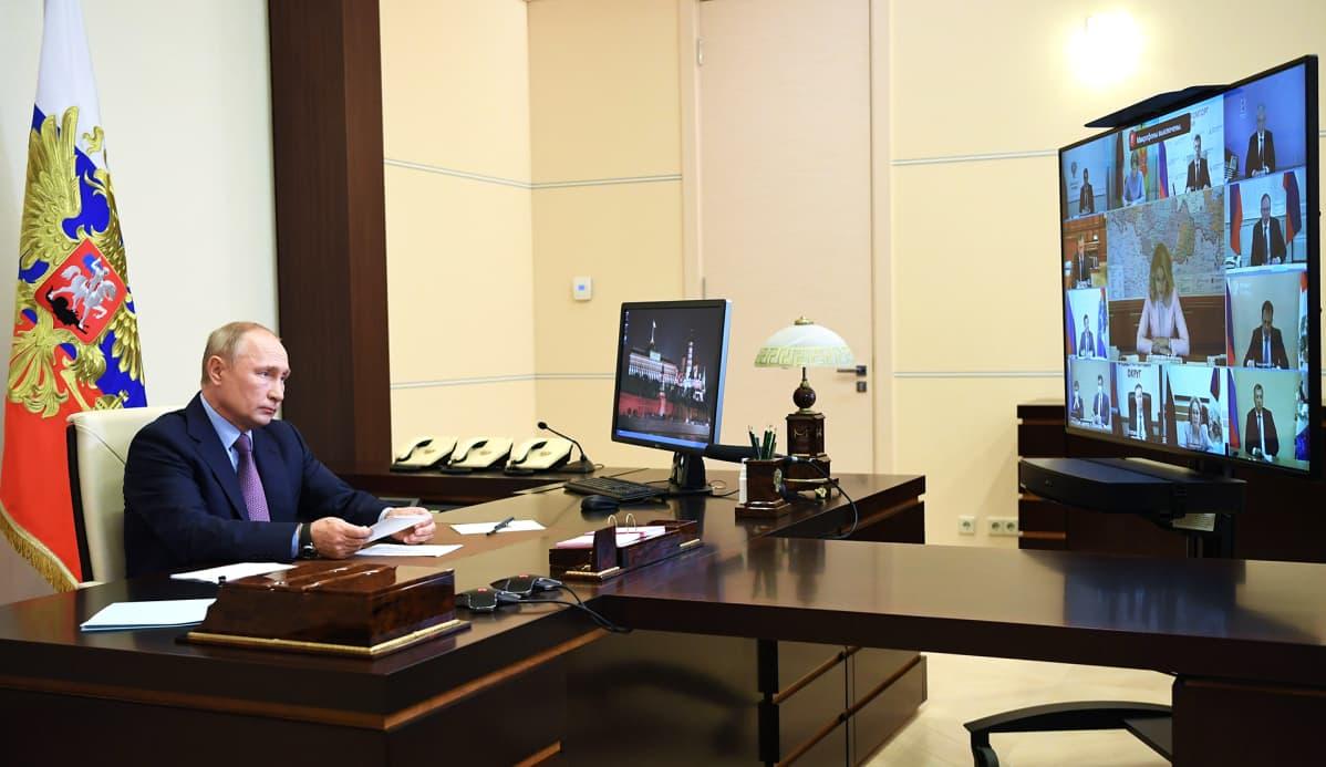 Presidentti Vladimir Putin videokokouksessa koronatilanteesta Venäjän hallituksen kanssa