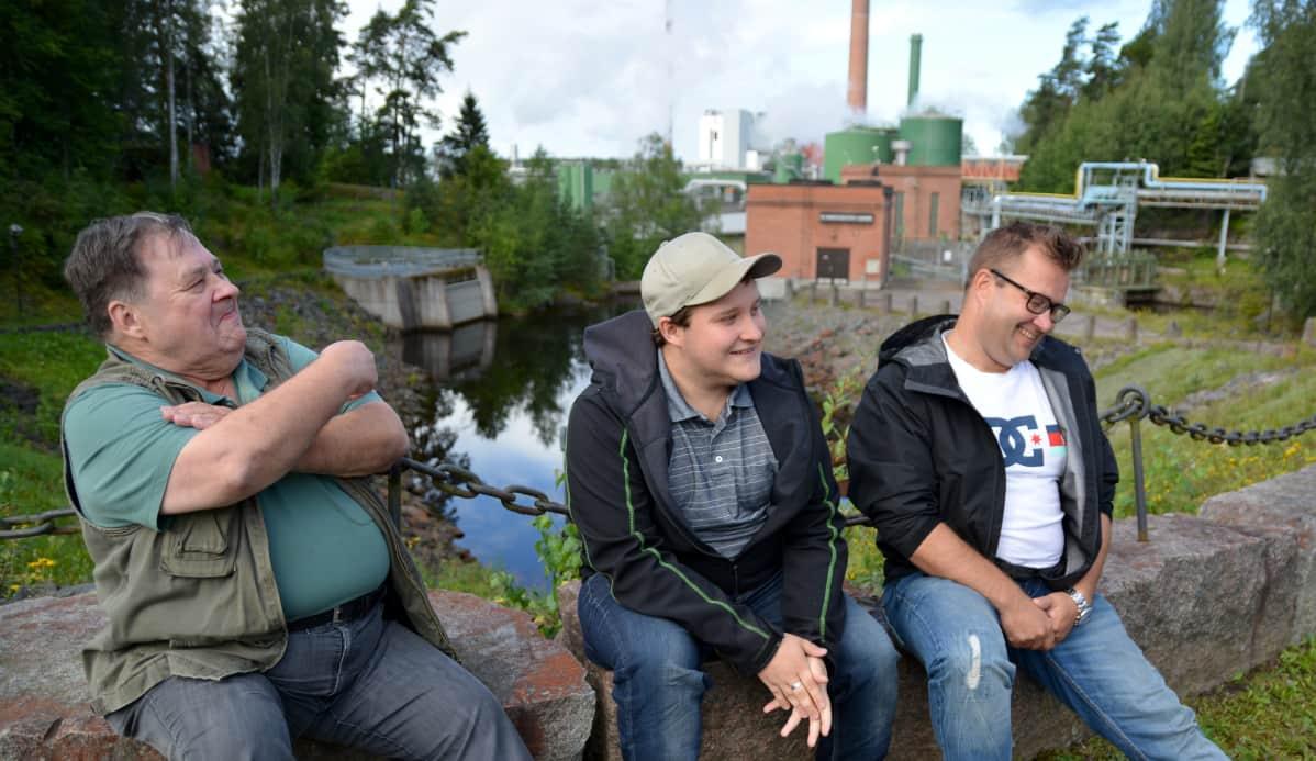 Aarno, Pessi ja Mika Jämsä istuvat Kyron paperitehtaan edustalla