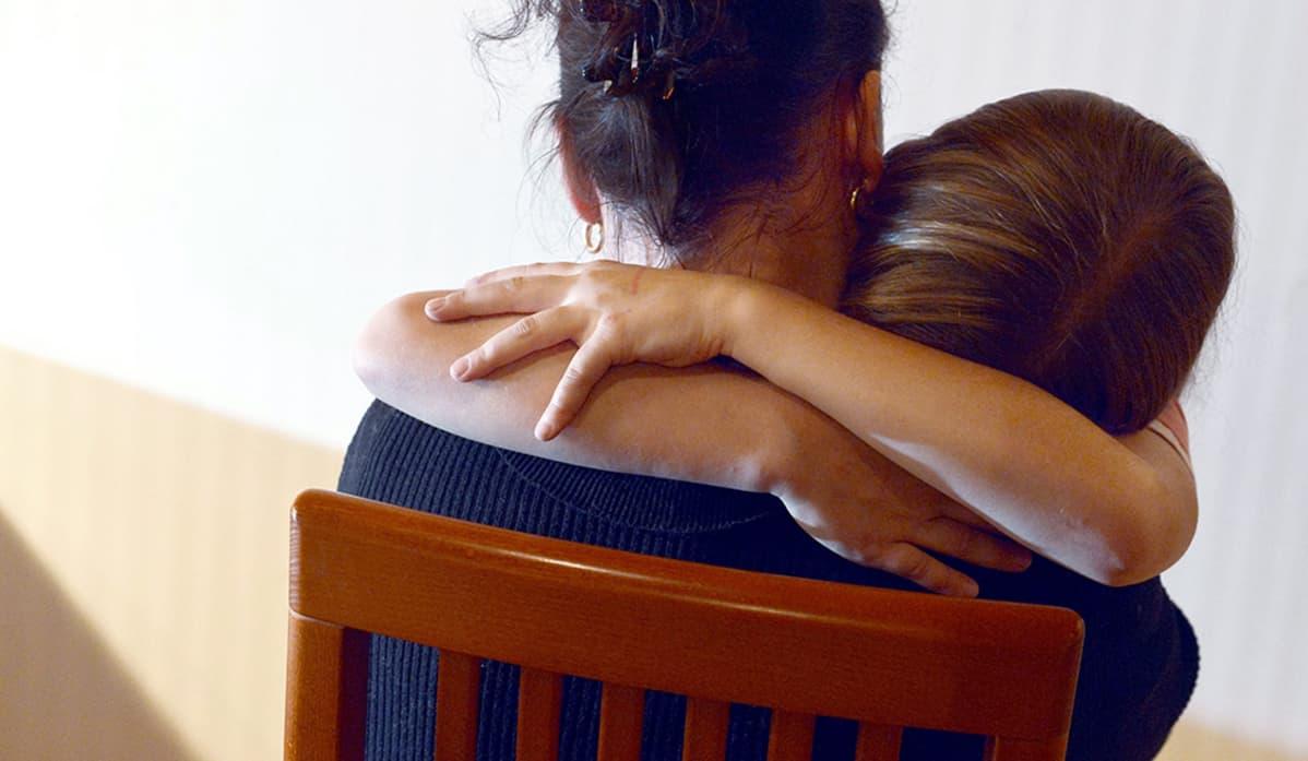 Äiti ja tytär halaavat.