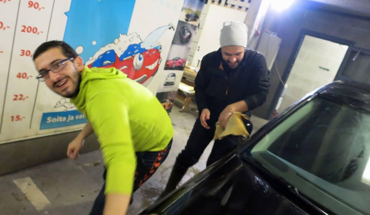 Auton kuivausta autopesulassa Rovaniemellä.