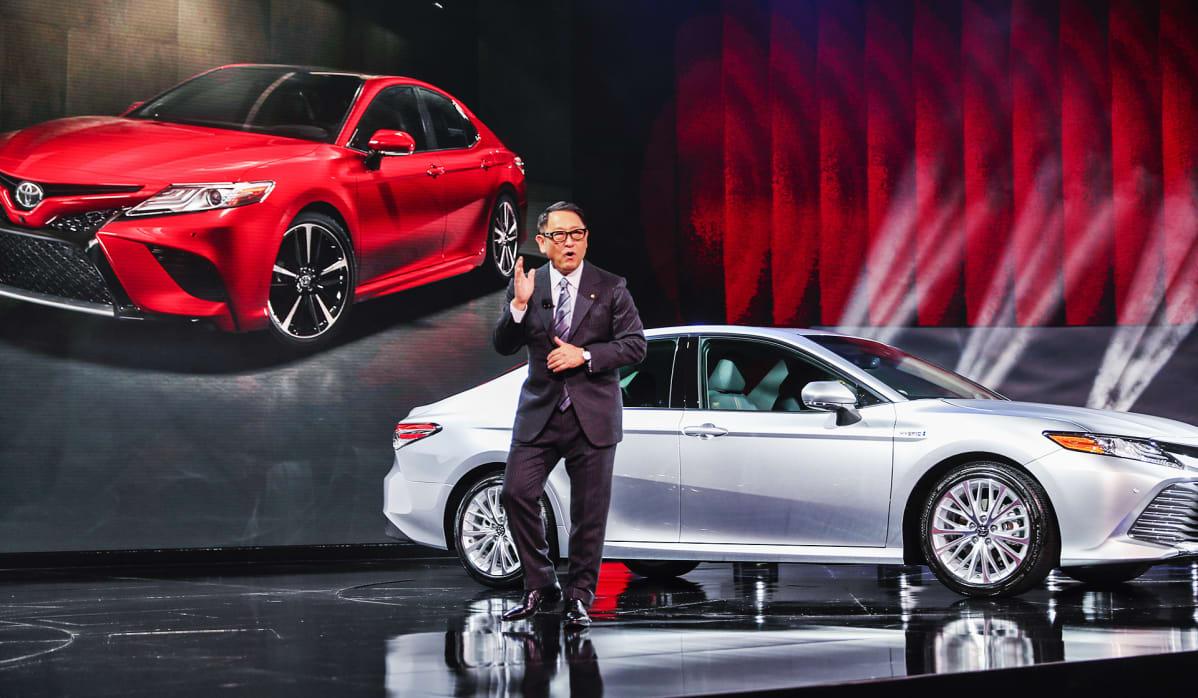 Toyotan johtaja Akio Toyoda esittelee vuoden 2018 malleja.