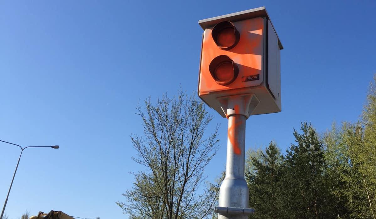 Oranssilla maalilla töhritty nopeusvalvontakamera.