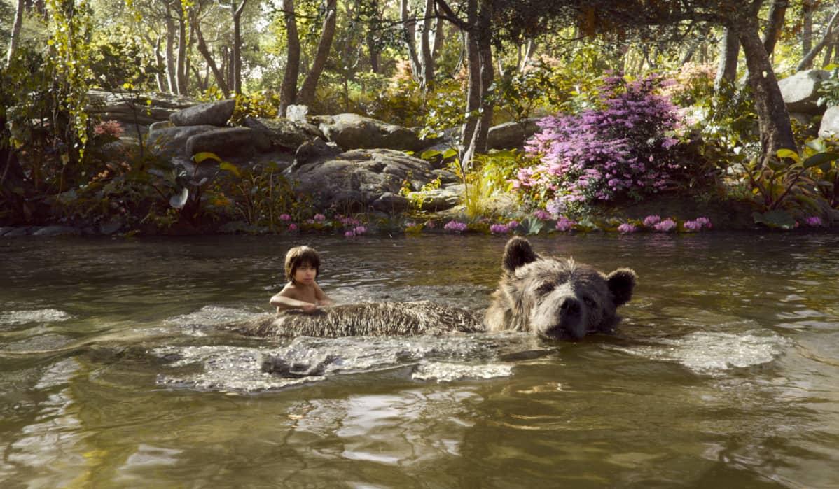 poika ja karhu vedessä