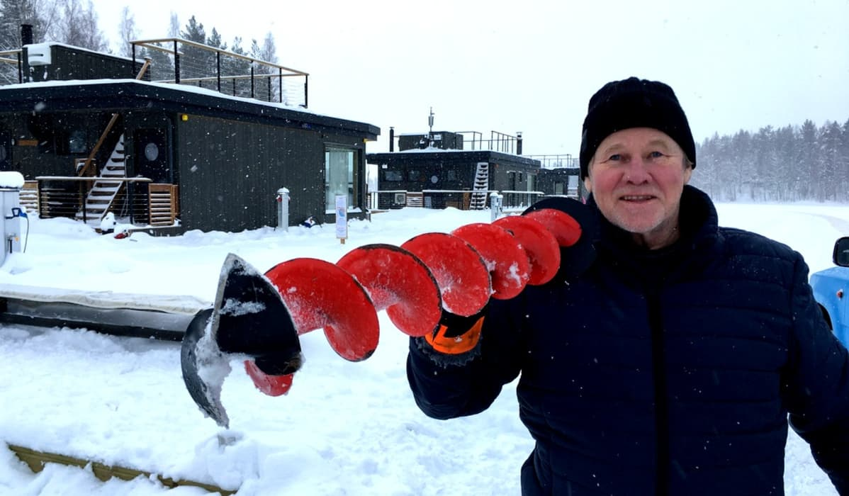 Jari Heiskanen kalastaa ja ylläpitää retkiluistelureittiä Saimaan Haukivedellä.