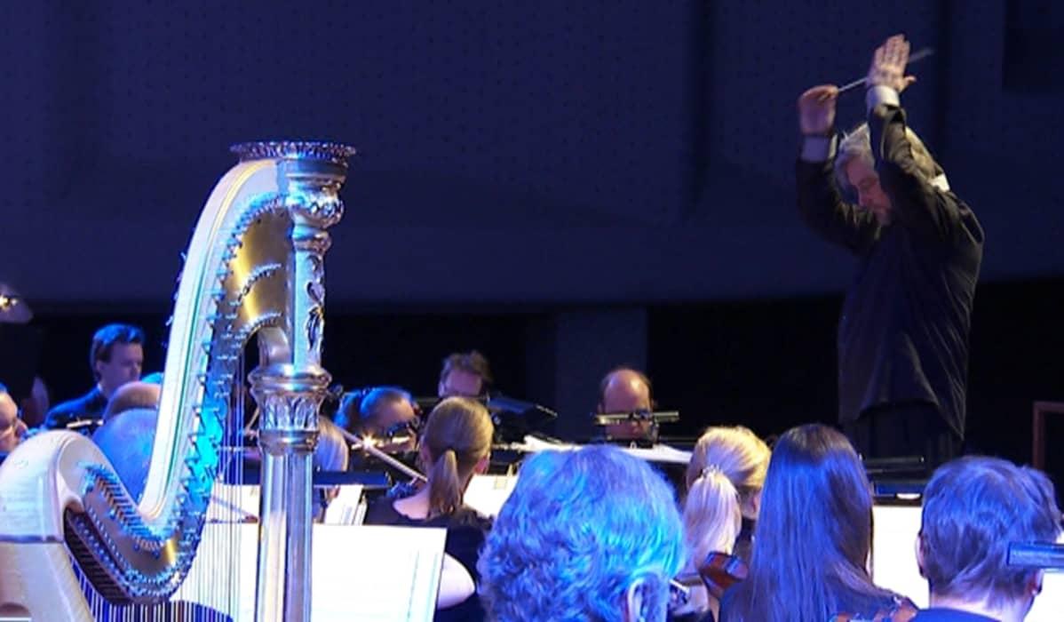 Kapellimestari johtaa orkesteria.