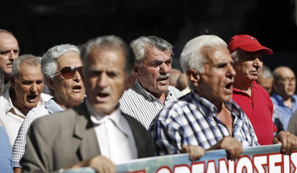 eläkeläisiä mielenosoituksessa